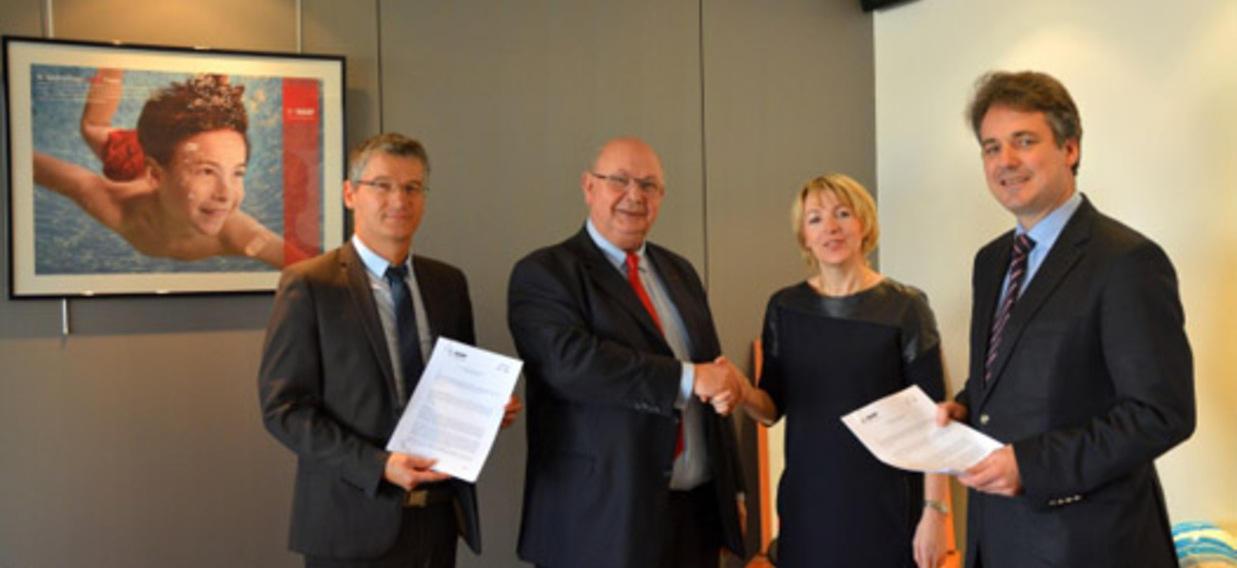 Les Secrétaires généraux de l'OFAJ, Béatrice Angrand et Markus Ingenlath, lors de la signature du contrat de coopération avec BASF