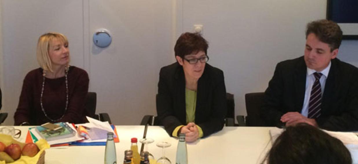 Annegret Kramp-Karrenbauer discute avec les Sécretaires généraux de l'OFAJ